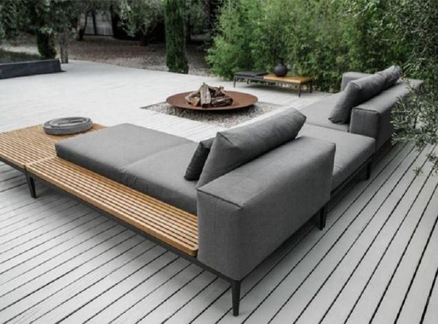 1. Mở đầu cho bộ sưu tập này là một sân nghỉ dưỡng ngoài trời, nổi bật với bộ ghế sofa xám, được thiết kế theo chữ L trông rất tiện nghi, rộng rãi, thoải mái.