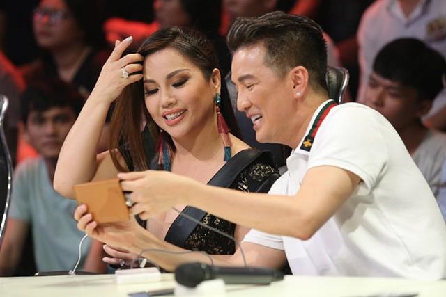 Đàm Vĩnh Hưng và Minh Tuyết trò chuyện trước buổi ghi hình. Ảnh: BTC.