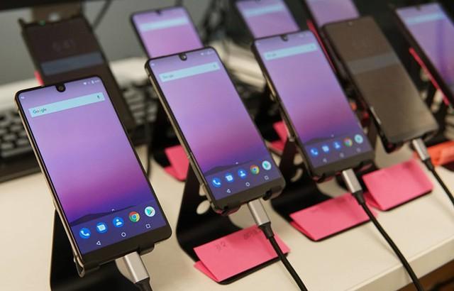 Những smartphone như Galaxy S8, Essential Phone chưa thể giúp công nghệ màn hình tràn viền phổ cập với phần đông người dùng. Ảnh: Digital Trends.