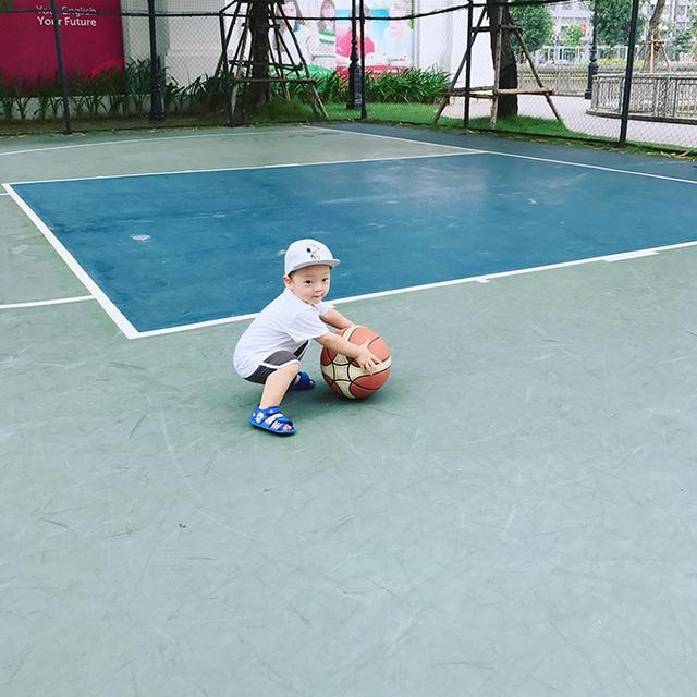 Hôm 8/9, Khánh Ly chia sẻ trên trang cá nhân loạt ảnh con trai Khoai Tây vui đùa tại sân tập bóng rổ. Hot girl tiết lộ buổi sáng cu cậu vẫn chơi, nghịch bình thường nhưng tối đến lại ho khù khụ.