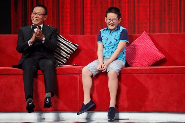 Nhà báo Lại Văn Sâm bật cười trước những suy nghĩ về tình yêu của cậu bé 10 tuổi. Ảnh: Ân Nguyễn.