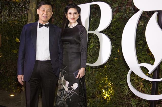 Bố mẹ chồng Hà Tăng dự tiệc cùng Selena Gomez