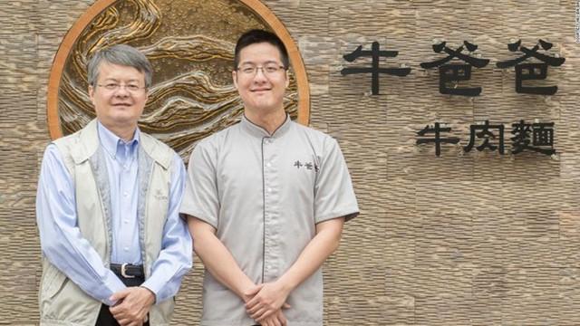 Wang Yiin Chyi (phải) và cha của anh Wang Tsung Yuan.