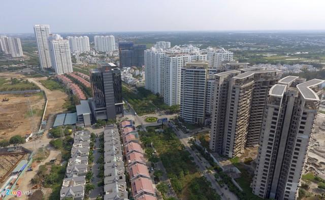 Đường Nguyễn Hữu Thọ kết nối khu Nam với trung tâm bị bóp nghẹt bởi hàng loạt cao ốc san sát nhau. Ảnh: Lê Quân.