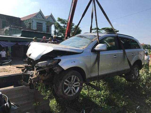 Xe cẩu đang cẩu chiếc xe Audi Q5 khỏi hiện trường vụ tai nạn khiến 5 người bị thương.