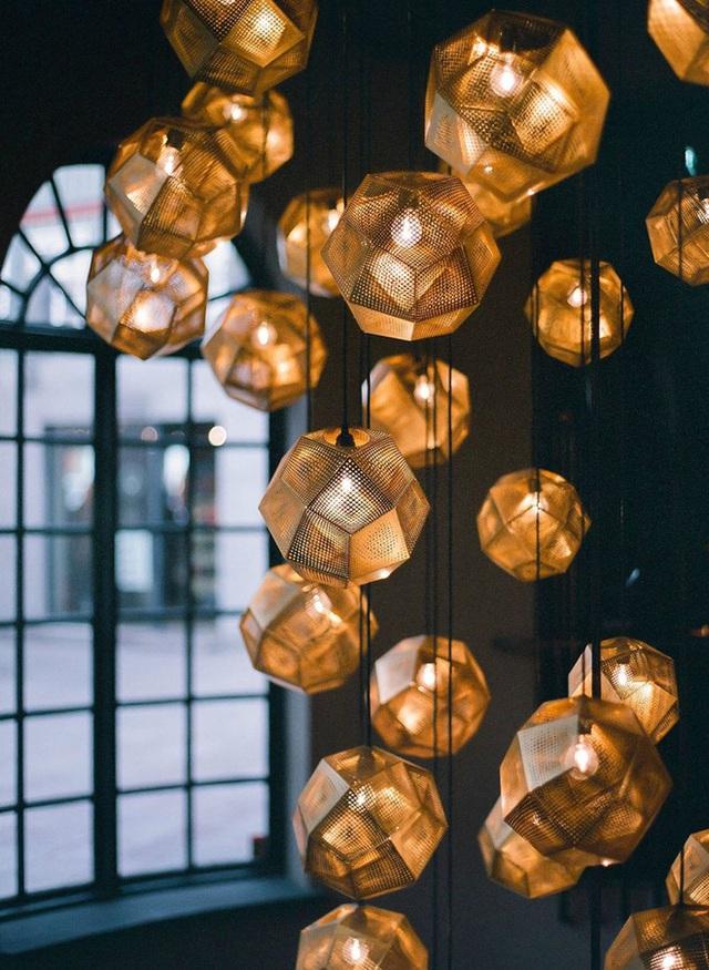 Kiểu đèn trang trí được thiết kế từ cảm hứng hình học nổi bật với những đường nét góc cạnh.
