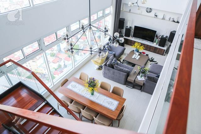 Căn hộ của chị nằm trên đường Minh Khai với góc view nhìn thẳng ra sông Hồng.