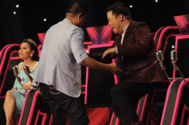Quang Lê vô ý trò chuyện lớn tiếng khi đàn chị Cẩm Ly đang nhận xét thí sinh.
