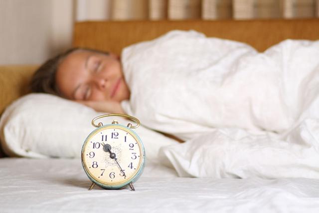 Cố gắng đi ngủ lúc 10 giờ tối, đó là khi hormone melatonin đạt mức cao nhất, và lúc thức dậy, tinh thần sẽ sảng khoái