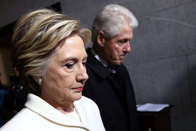 Vợ chồng bà Hillary Clinton và cựu Tổng thống Bill Clinton tới Tòa nhà Quốc hội ở Washington D.C ngày 20/1 để dự lễ nhậm chức của Tổng thống Mỹ Donald Trump. Ảnh: Getty.