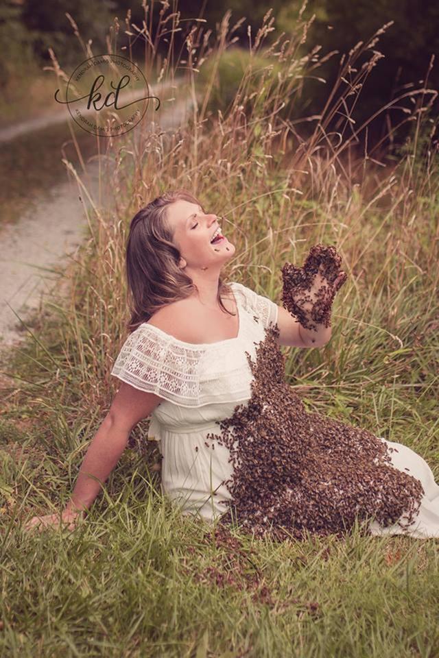 Dù hàng chục ngàn con ong đang bâu kín phần bụng nhưng Emily không hề tỏ ra lo sợ.