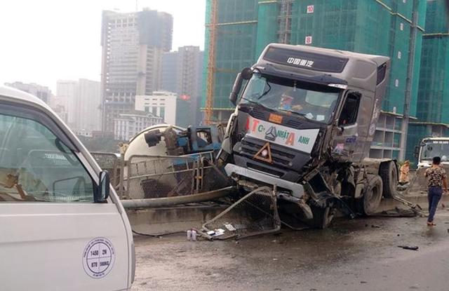 Va chạm khiến xe bồn mất lái đâm vào giải phân cách, lật trên đường. Ảnh: Quang Tiến.