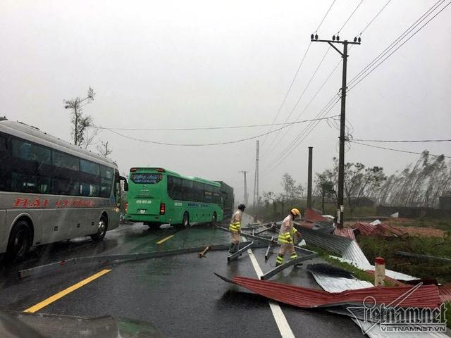 Mưa to gió lớn, công tác cứu hộ gặp khó khăn