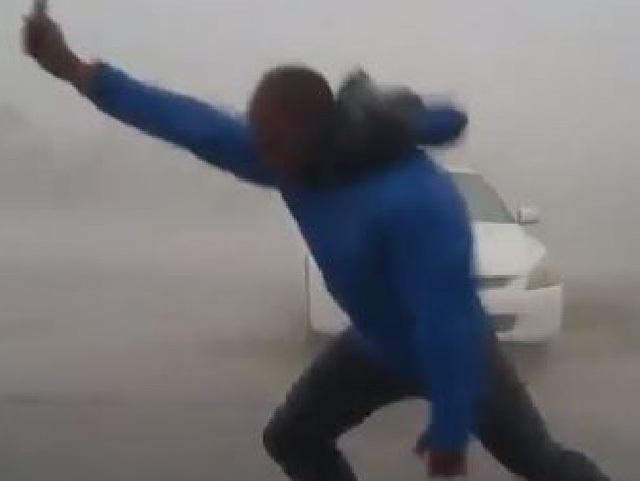 Người đàn ông có tên Juston Drake liều mình làm công việc săn bão. (Ảnh: Supplied)