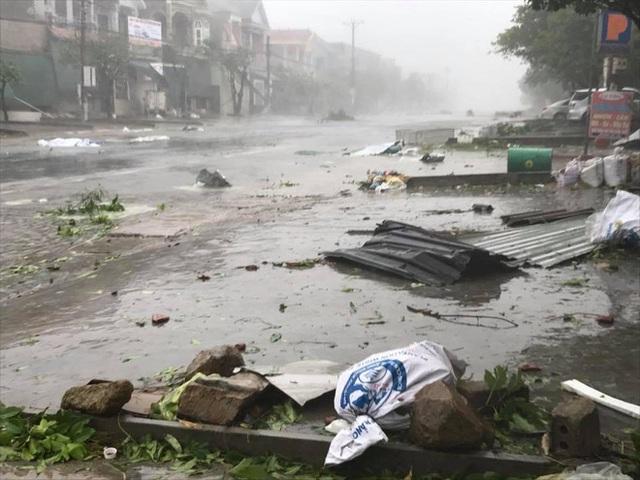 Từ sáng 15/9, bão số 10 mạnh cấp 11-12, giật cấp 14-15 đã tiến vào các tỉnh miền Trung gây mưa rất lớn, gió mạnh quật đổ nhiều tài sản.Trên quốc lộ 1, đi qua huyện Kỳ Anh (Hà Tĩnh) tan tác trong bão. Ảnh: Ngọc Tú