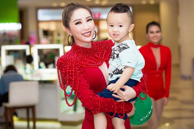 Tối 17/9, Bảo Thy biểu diễn tại sự kiện kỷ niệm thành lập một trung tâm thương mại ở gần nhà, nên cháu trai của cô cũng đi theo để cổ vũ. Sau khi diễn xong, Bảo Thy tình cảm ôm cháu chụp ảnh kỷ niệm.