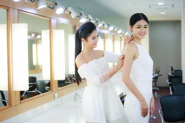 Trong sự kiện tối qua, Ngọc Hân bận rộn chỉnh sửa trang phục cho Á hậu Thanh Tú trước khi chương trình bắt đầu. Thanh Tú nhận lời làm người mẫu trình diễn cho bộ sưu tập mới của đàn chị.
