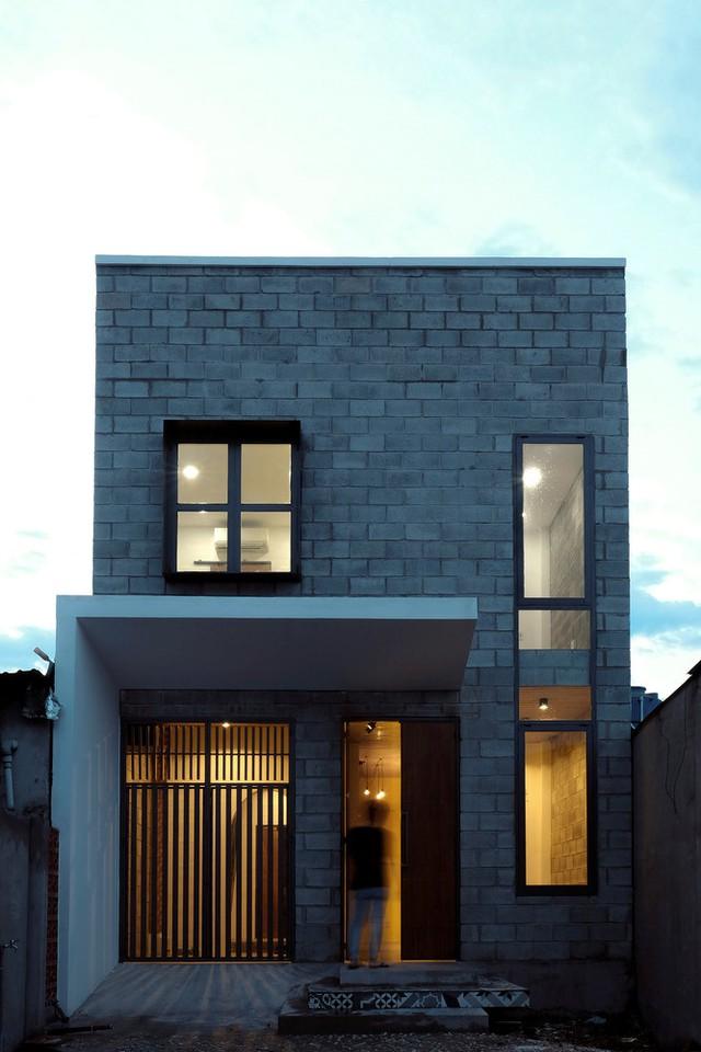 Căn nhà gồm 2 tầng. Chủ nhân hiện sống một mình nhưng công trình được thiết kế để phục vụ cho gia đình của anh trong tương lai.