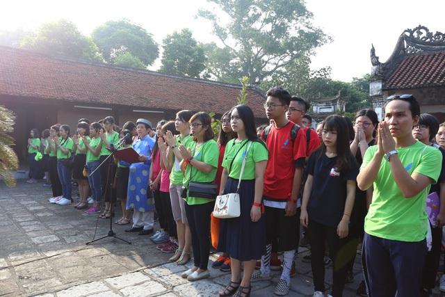 Giáo viên và học sinh nhà trường dâng hương trước đền thờ An Dương Vương