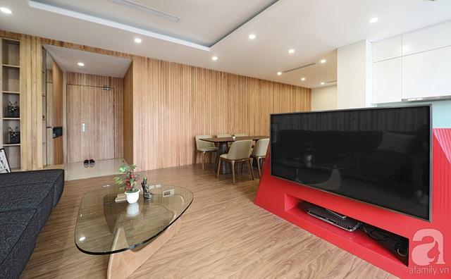 Phòng khách hiện đại với tường gỗ, nội thất đơn giản nhưng đẹp mắt.