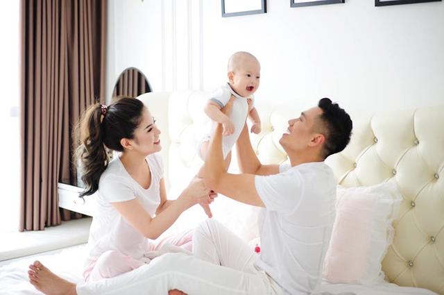Việt Anh vui vẻ bên vợ con sau loạt ảnh thân mật bạn diễn ở quán bar