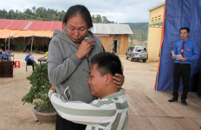 Hình ảnh Huấn ôm chặt mẹ khóc nức nở gây xúc động cho nhiều người