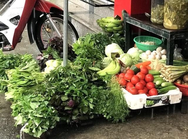 Nhiều loại rau tại chợ Hà Nội tăng giá mạnh do ảnh hưởng của mưa lớn kéo dài