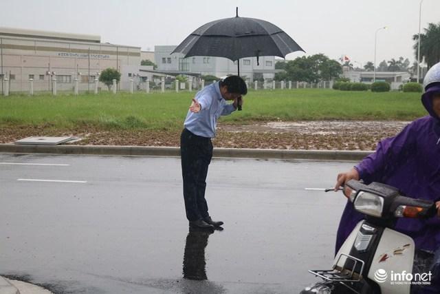 Chiều 10/10, ông Hiroaki Honjo, Tổng giám đốc Công ty Xăng dầu IQ8 có mặt tại trạm xăng dầu Thăng Long, ông đội mưa hàng tiếng đồng hồ, cúi chào khách vào đổ xăng.
