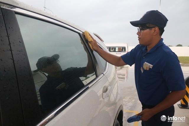 Khách đến đổ xăng sẽ được nhân viên lau gương, kính xe miễn phí