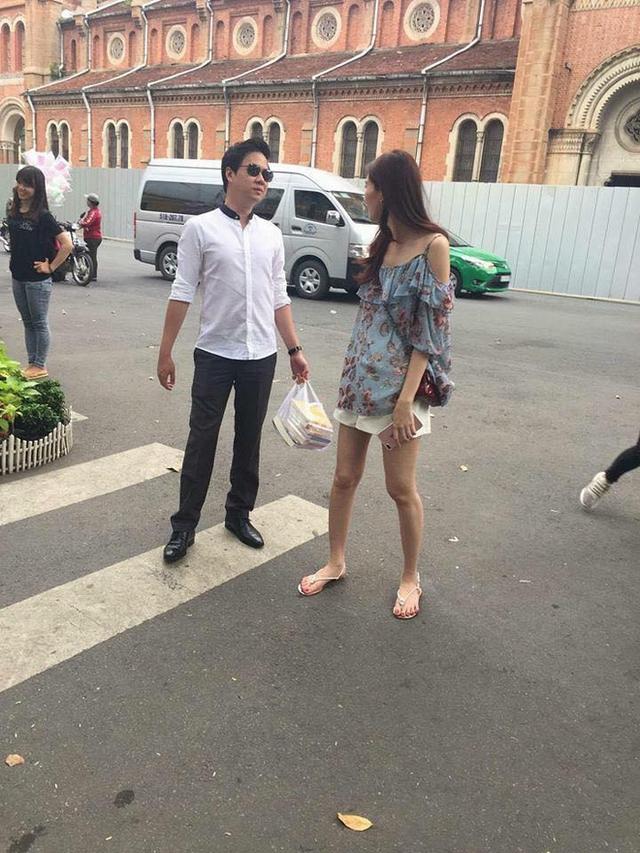 Đặng Thu Thảo bị bắt gặp diện dép tông ra phố cùng chồng.