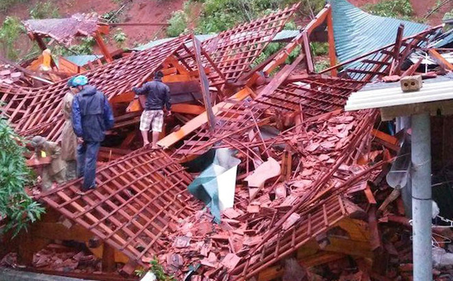 Vào khoảng 3h sáng 11/10, ngôi nhà sàn làm bằng gỗ trị giá tiền tỷ của ông Lang Thanh Yên (trú bản Mường Piệt, xã Thông Thụ, tỉnh Nghệ An) đã bất ngờ bị đổ sập hoàn toàn.