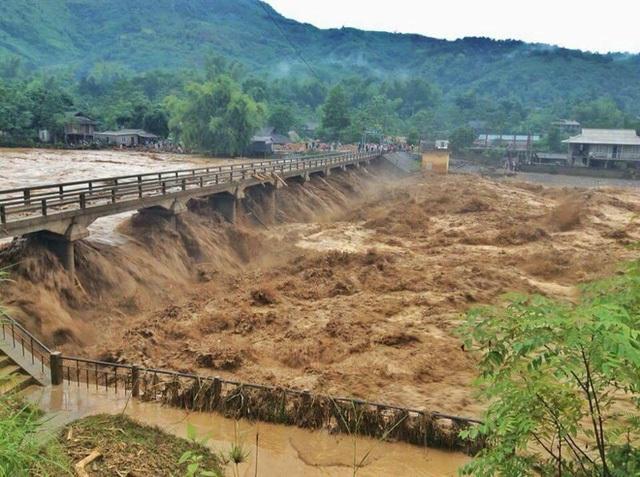 Mưa lũ khủng khiếp đổ về thị xã Nghĩa Lộ, tỉnh Yên Bái.