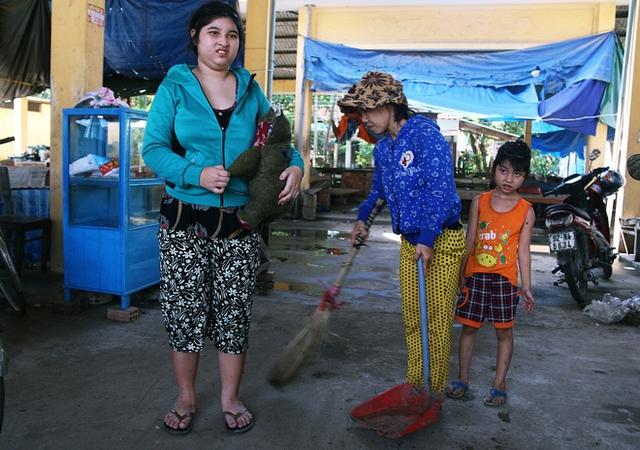 Hình ảnh người phụ nữ quét rác dắt 2 đứa con ngờ nghệch luôn ôm chặt con gấu bông rách bươm đã quá quen thuộc với người dân xóm chợ Phú Đa.