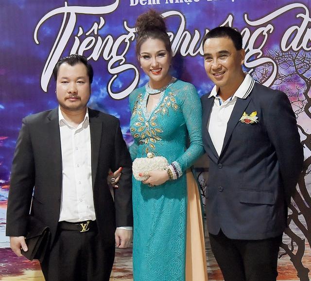 Phi Thanh Vân và bạn trai mới xuất hiện trong một sự kiện với MC Quyền Linh.