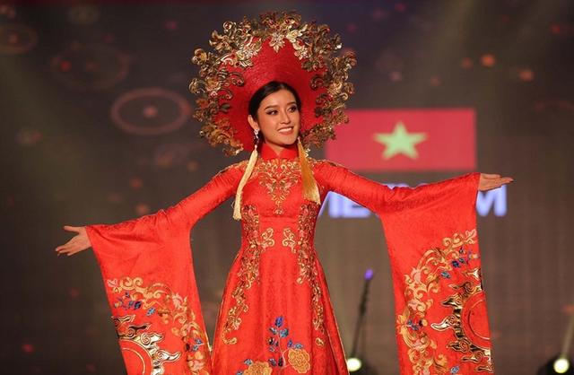 Kết quả ban đầu cho thấy Huyền My đứng đầu danh sách Top 25 Trang phục truyền thống.