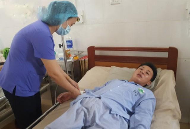 Anh Vũ Minh Tân sống sót sau khi bị lũ cuốn trôi 7 km và cứu được mẹ cùng em trai.
