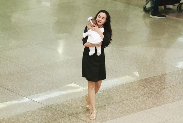 Vy Oanh cùng ông xã và các con trở vội vàng từ Mỹ trở về khi hay tin mẹ bệnh.