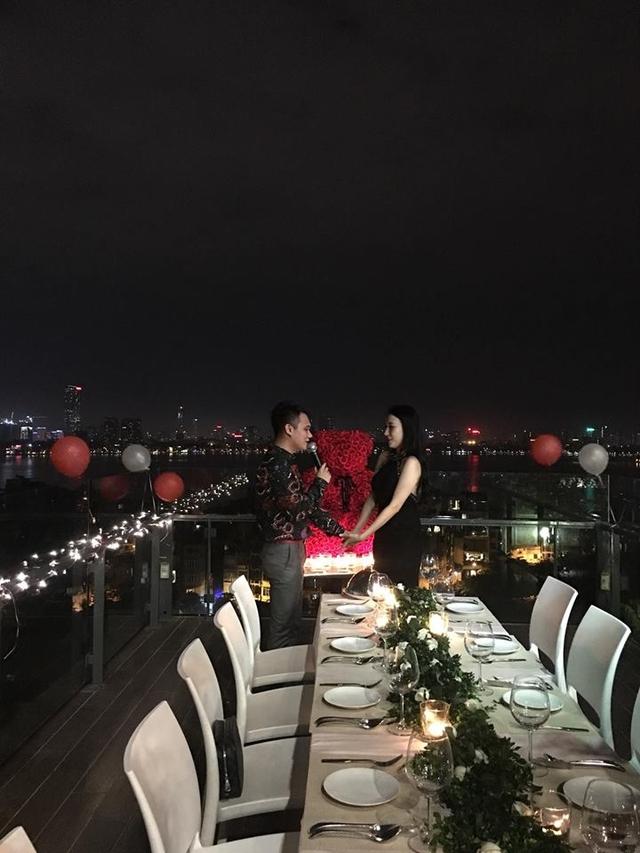 Khắc Việt ngỏ lời cầu hôn với bạn gái trong không gian lãng mạn như ngôn tình.