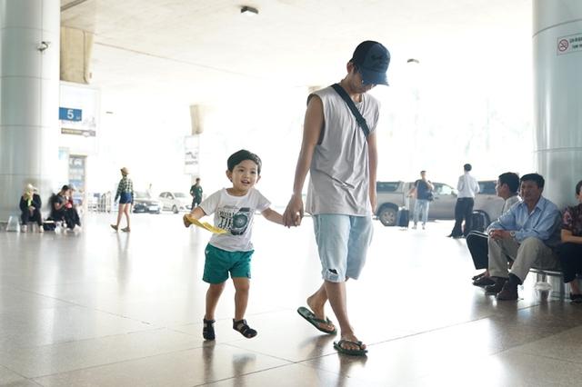 Sáng nay (21/10), Kubi được bố dắt tay khi ra sân bay để đón mẹ. Phan Hiển cho biết, bà xã Khánh Thi sang Đài Loan thi bằng trọng tài quốc tế ở bộ môn dance sport. Khánh Thi đã đậu bằng B và đang trong quá trình kiểm tra để thi lên bằng A.