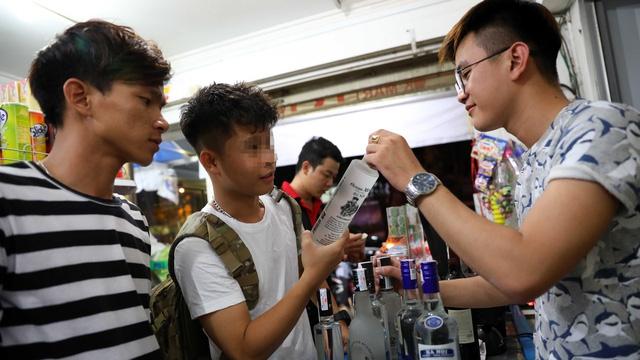 Từ ngày 1-11, quy định cấm bán rượu cho người dưới 18 tuổi sẽ có hiệu lực - Ảnh: Tuổi trẻ