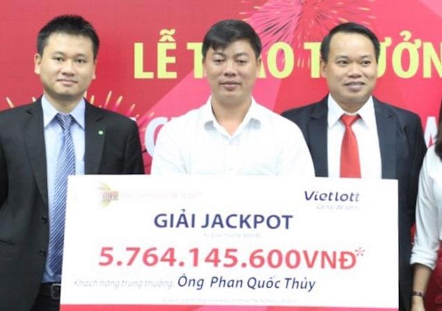 Ông Phan Quốc Thủy trúng jackpot một phần nhờ tờ tiền mệnh giá 2.000 đồng nhặt được.