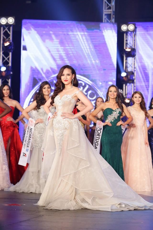 Lựa chọn trang phục dạ hội trắng trong đêm chung kết, Khánh Ngân thể hiện xuất sắc vai trò của đại diện Việt Nam tại Miss Globe 2017