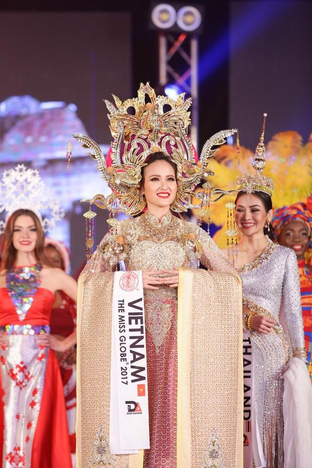 Mang tới cuộc thi Miss Globe lần này, Khánh Ngân chọn một thiết kế của nhà thiết kế Lê Long Dũng để dự tranh phần thi trang phục dân tộc. Bộ trang phục lộng lẫy, sang trọng được lấy cảm hứng từ hình ảnh của Nam Phương hoàng hậu.