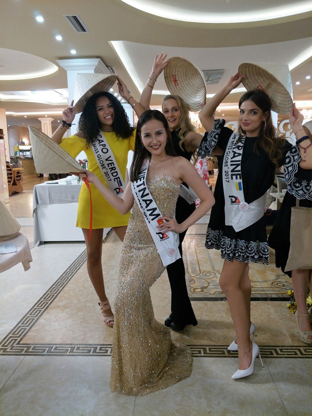 Tại cuộc thi nhan sắc thế giới này, dễ thấy ưu thế thân thiện và luôn chủ động hòa nhập với mọi người của cô. Người đẹp còn tặng các thành viên ban tổ chức và các thí sinh món quà đặc trưng Việt Nam là chiếc nón lá dịu dàng, giản dị.