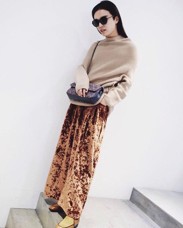 Vải nhung luôn là 1 trong những chất liệu đinh của mùa đông. Chất vải ấm áp, mềm mại, vừa đủ sự sang trọng, tinh tế mà cũng không kém phần thời thượng, sành điệu.