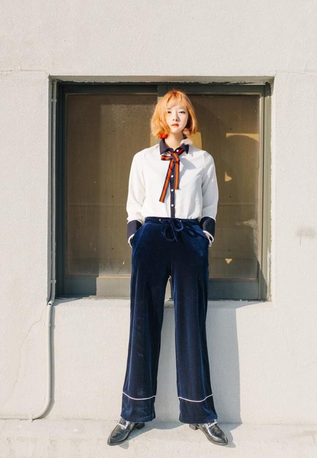 Áo sơmi với quần nhung là set đồ phù hợp với cô nàng có phong cách thanh lịch, cổ điển. Bạn có thể kết hợp thêm các phụ kiện như dây nơ, hay mũ nồi để set đồ trông bắt mắt hơn…