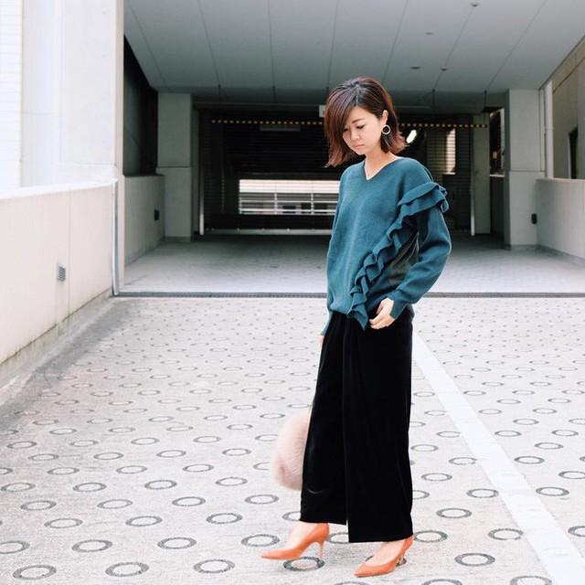 Mix quần nhung với áo len vừa đơn giản, lại vừa hợp thời tiết.
