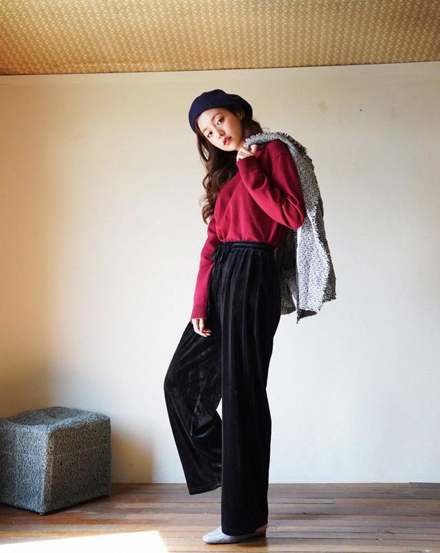 Quần nhung vốn đã mang cảm giác retro, hoài cổ nên rất hợp khi diện theo phong cách cổ điển. Với phong cách này thì bạn nên chọn trang phục theo những gam màu trầm như nâu, đen, đỏ… diện cùng áo khoác vải tweed và phụ kiện mũ nồi.