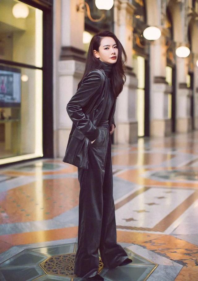Diện quần nhung theo bộ suit thanh lịch cũng là xu hướng được nhiều ngôi sao châu Á lăng xê dịp cuối năm này.