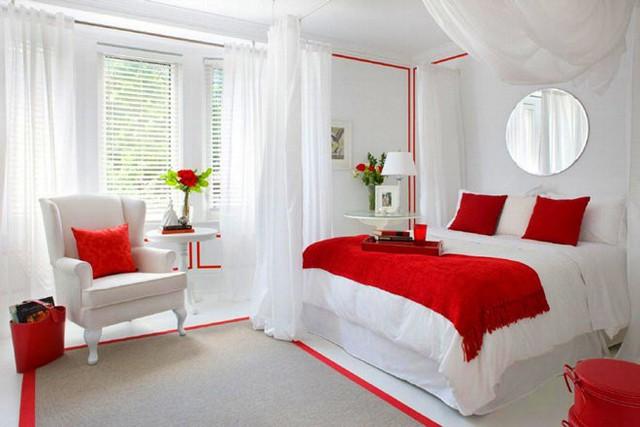 Kết hợp đơn giản nhất để hài hòa màu đỏ và giúp không gian rộng hơn cho căn phòng chính là màu trắng